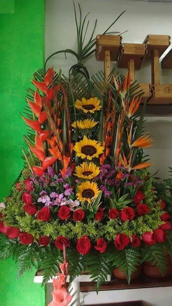Arreglo Floral Con Girasoles Gladiolos Orquideas Heliconias